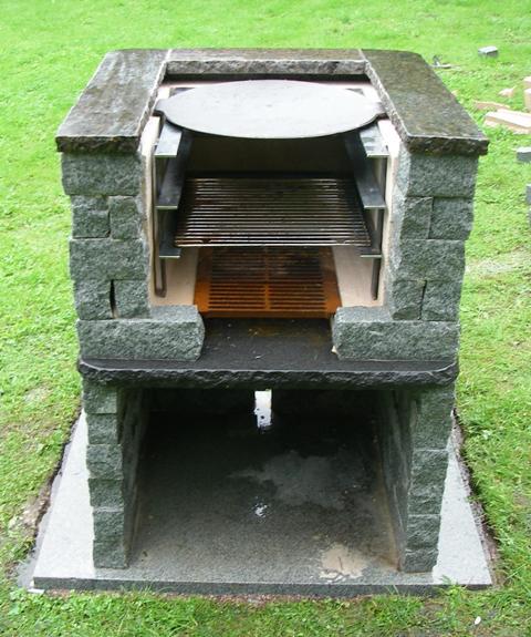 Grillin alla on tilaa polttopuille.