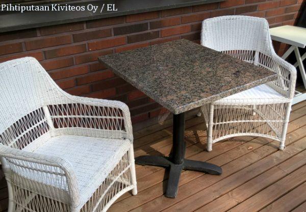 Graniittinen pihapöytä rautajalalla.