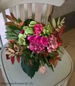 Pinkkisävyiseen kukkakimppuun voi hyvin yhdistää myös ruskavärejä.